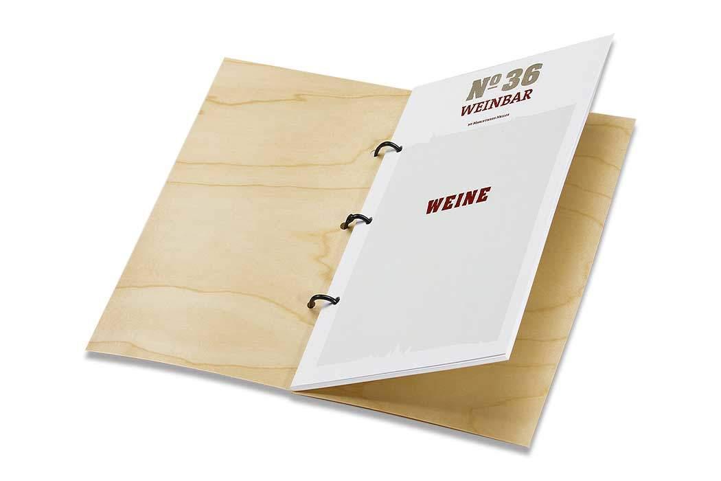 Individuell bedruckte Designerweinkarte auf Echtholzumschlag.