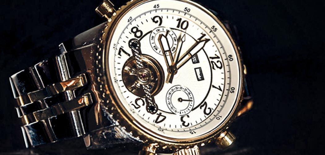 Dunkles Design mit abgebildeter Uhr, veredelt mit Mattfolie.