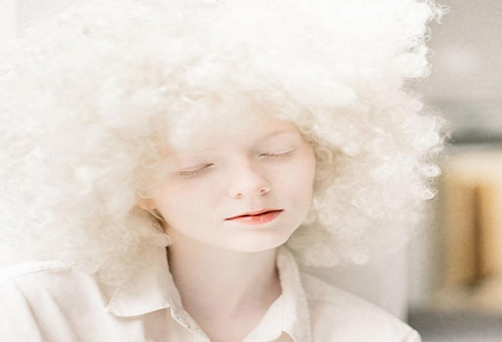 Frau mit weißen Haaren