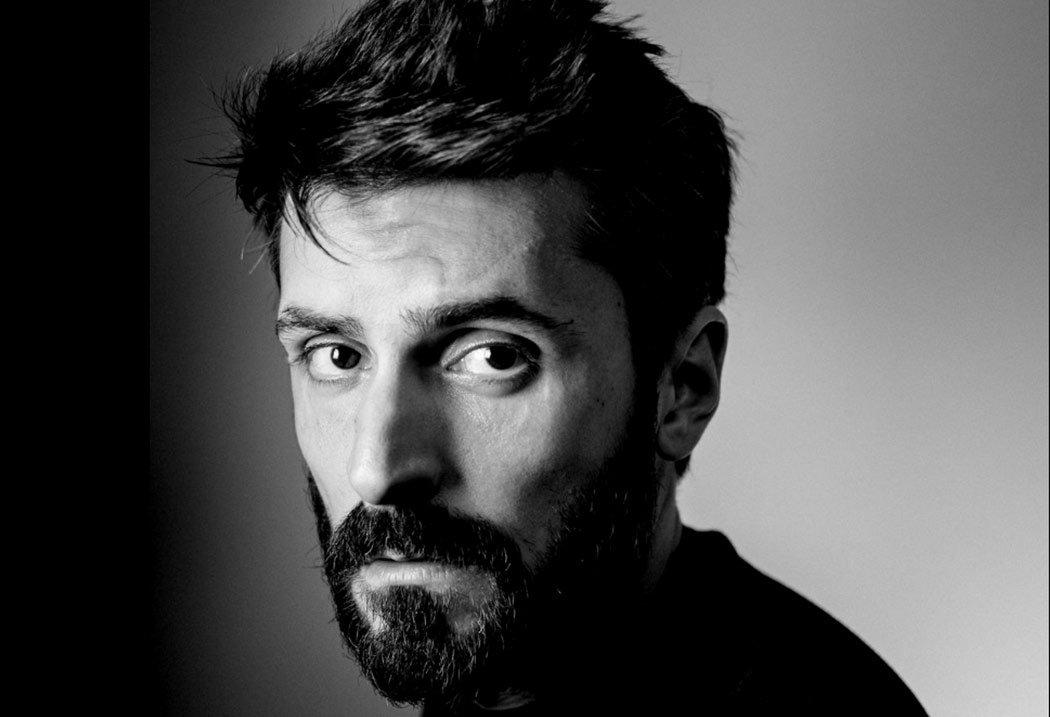 Mann mit Bart als Schwarzweißfoto.