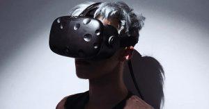 Moderner Mann mit VR-Brille