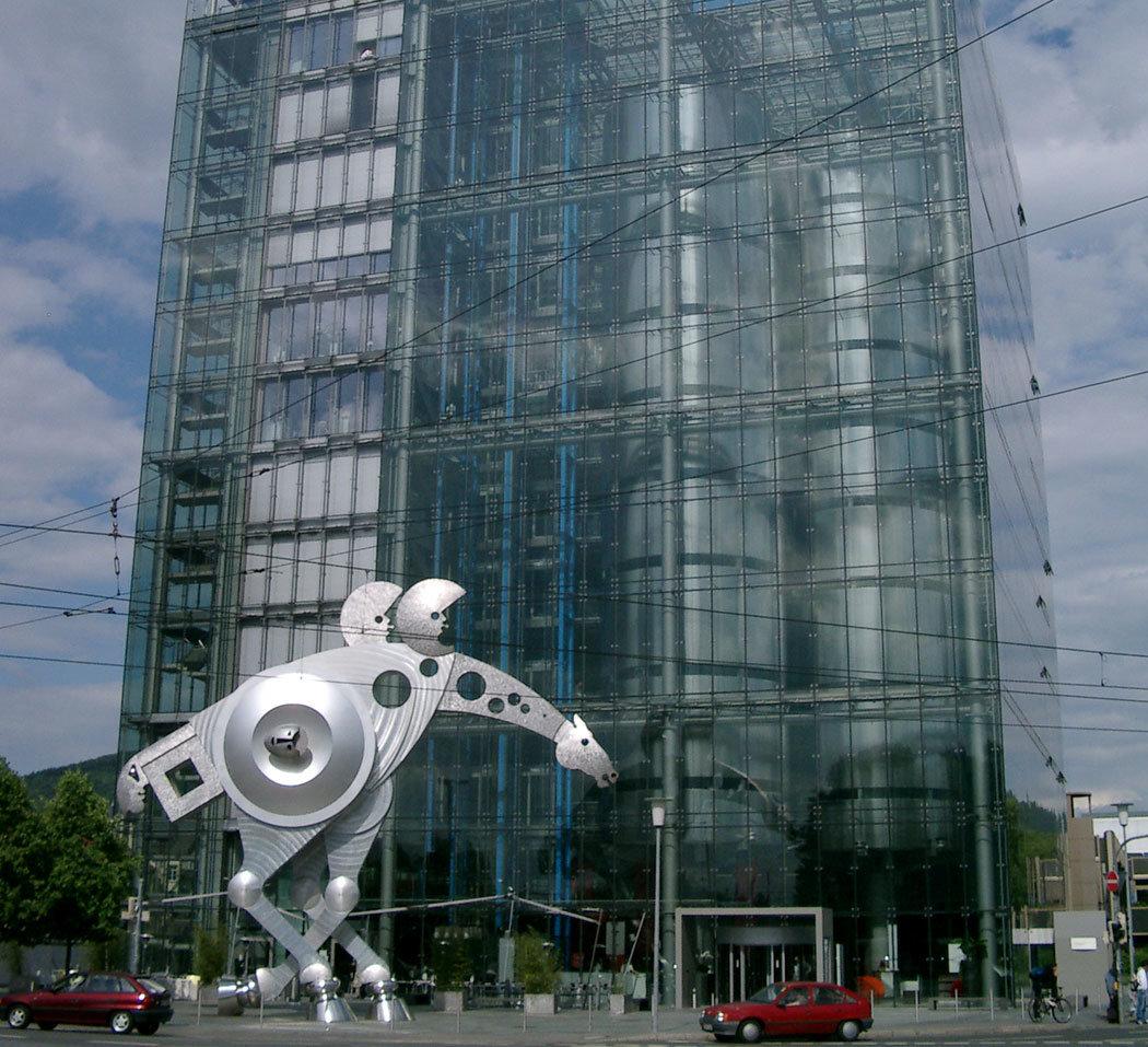 """Print Media Academy: Büro- und Schulungsgebäude am Hauptsitz in Heidelberg. Im Vordergrund das """"S-Printing Horse"""""""
