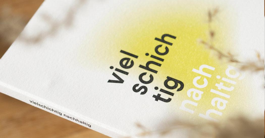Vielschichtiges Druckwerk, kreiert von der Lüneburger Agentur Redeleit und Junger